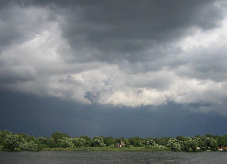 Gewitterwolken an der Elbe