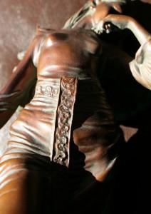 liegende Bronzeschönheit